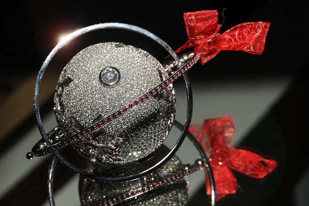 0_pay-the-most-expensive-christmas-bauble-in-the-world